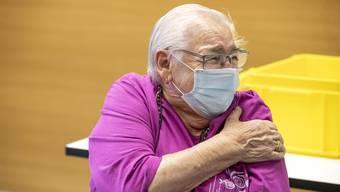 An ihrem 89. Geburtstag hielt Emmi Zimmerli den Arm für die Corona-Impfung in Gelterkinden BL hin. Im Kanton Baselland ist eine mobile Impf-Equipe im Einsatz.