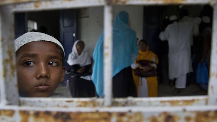 Indische Muslime im Dorf Buraburi warten auf die finale Bürgerliste. Stehen sie nicht drauf, droht ihnen Ausschaffung oder gar Gefängnis.