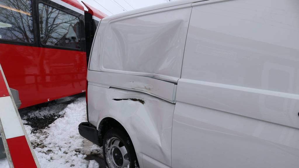 Wegen Schnee: Lieferwagenfahrer kracht in Appenzellerbahn