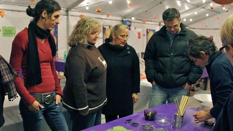 Die Teilnehmer des Wachslaternenkurses lassen sich von Kursleiterin Sandra Giacomini alle Arbeitsschritte erklären.