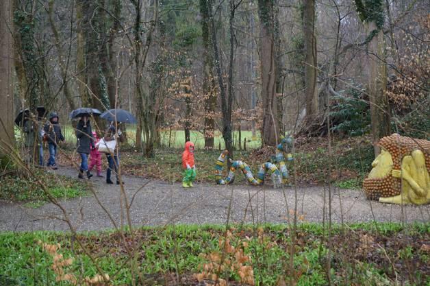 Trotz leichtem Regen kamen 70 Besucher zur Eröffnung der neuen Bruno-Weber-Park-Saison.
