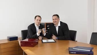 Andreas (links) und Fred Leibundgut zeigen das neue Spitzenmodell der Uhrenherstellerin Delma.