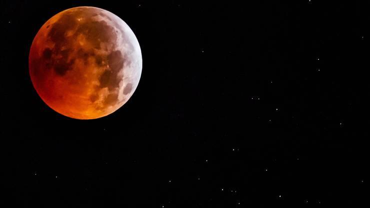 Die totale Mondfinsternis fotografiert in Allaman, Kanton Waadt.