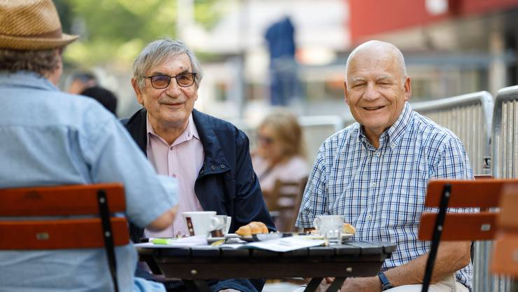 Rolf Beyeler (links) und Christian Frey orientieren über das Kleintheater-Programm.