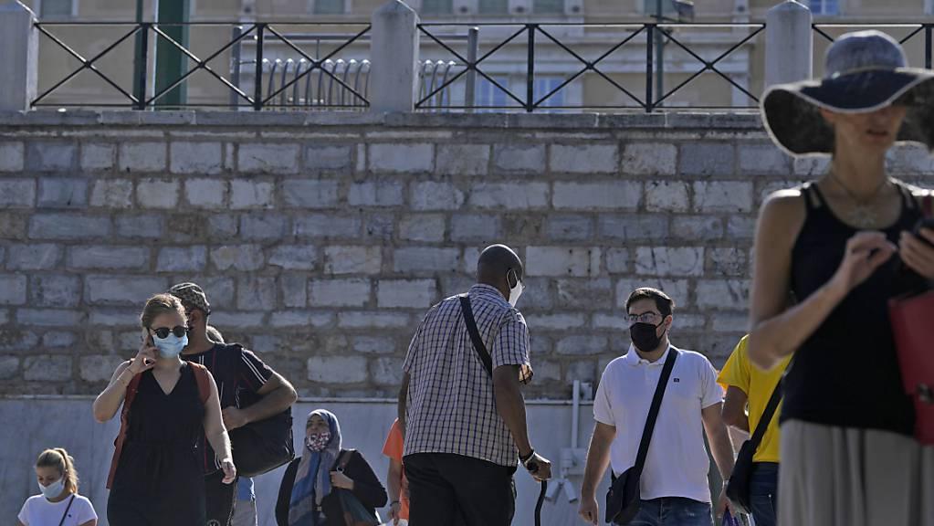 Einige Pendler verlassen die Metrostation Syntagma, Athen. In Griechenland müssen ungeimpfte Bürger ihre Corona-Tests vom 13. September an selbst zahlen. Foto: Thanassis Stavrakis/AP/dpa