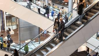 In den Einkaufscentern - im Bild das Glattzentrum in Wallisellen ZH - werden deutlich höhere Umsätze verzeichnet.
