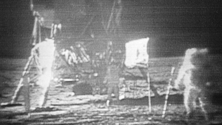 Neil Arsmstrong ist der erste Mensch auf dem Mond.