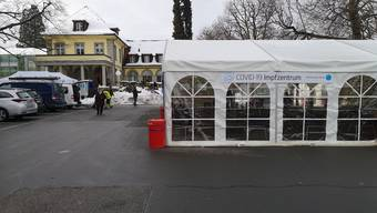Das Impfzentrum (noch im gelben Haus 3) samt Wartezone im Zelt.