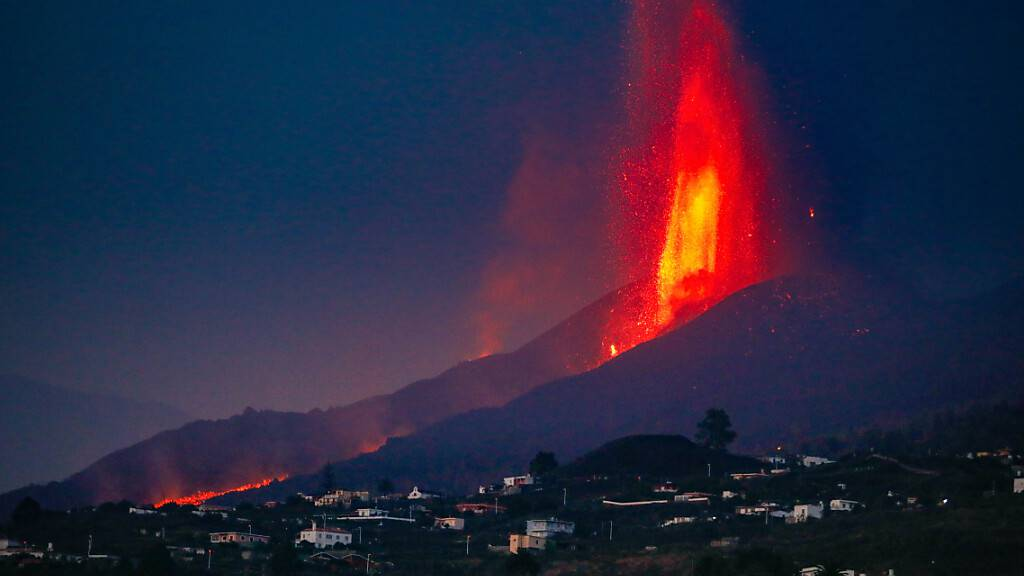 Der Vulkan Cumbre Vieja stößt Lava aus. Nach einer kurzen Pause am Montagvormittag setzte sich der Ausbruch fort. Foto: Kike Rincón/EUROPA PRESS/dpa