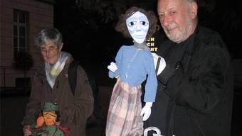 Zwei Mitglieder des Figurentheaters im Fabrikpalast vor der Einwohnerratssitzung. kus