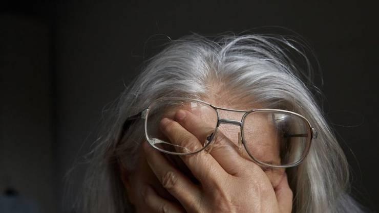 Frauen können nur halb so viel Pensionskassen-Leistungen beziehen als Männer - wegen der Kinderbetreuung haben sie grosse Beitragslücken. Vor allem für alleinstehende Seniorinnen ist das ein grosses Problem. (Symbolbild)