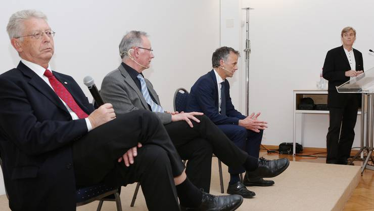 V.l. Paul Meier (Rotary), Gaston Barth (Lions) und Markus Boss (Kiwanis) stellten sich den kritischen Fragen von Moderator Theodor Eckert (Chefredaktor Solothurner Zeitung).