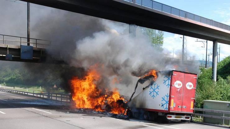 Brennender Sattelschlepper auf der Autobahn (Symbolbild).
