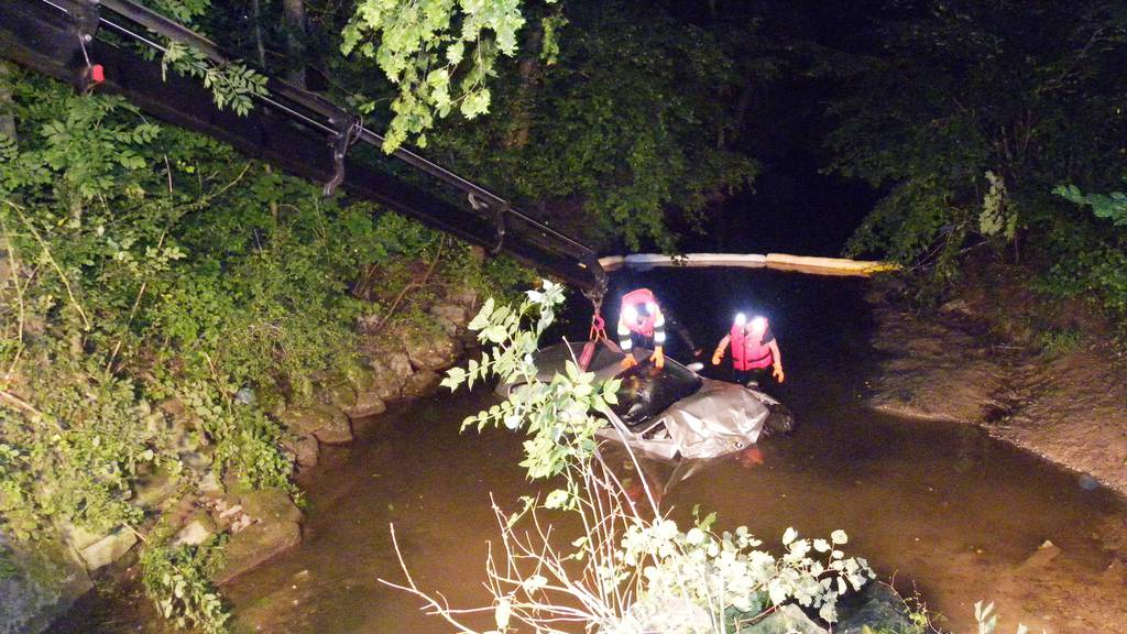 Der 23-jährige Fahrzeuglenker verunfallte betrunken und landete im Bach.