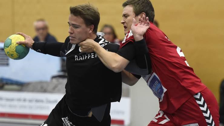 Das Limmat-Derby ging für Baden verloren. Hier liefern sich der Badener Lukas Maag (links) und Jonathan Hauller von Siggenthal ein Duel.