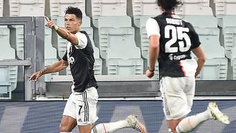 Cristiano Ronaldo wieder im Hoch: Hier hat er Juve mit einem Handspenalty gegen Lazio in Führung gebracht. Rechts Adrien Rabiot