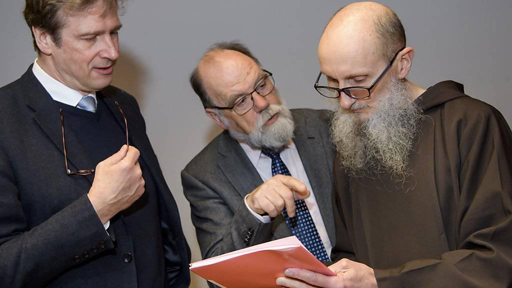 Zwei Mitglieder der Untersuchungskommission (links) sprechen mit dem Kapuziner-Provinzial Agostino del-Pietro (rechts).
