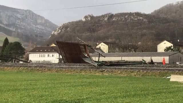Der Ort, wo das Hausdach auf die Schienen fiel