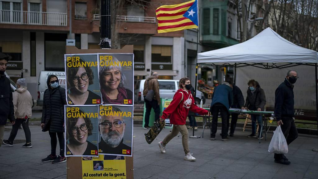 Wahlplakate mit Porträts der Kandidaten für die Regionalwahlen in Barcelona. Foto: Emilio Morenatti/AP/dpa