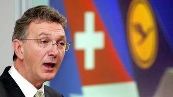 Mayrhuber informiert an der Medienkonferenz von 2005 über die Übernahme der Swiss.
