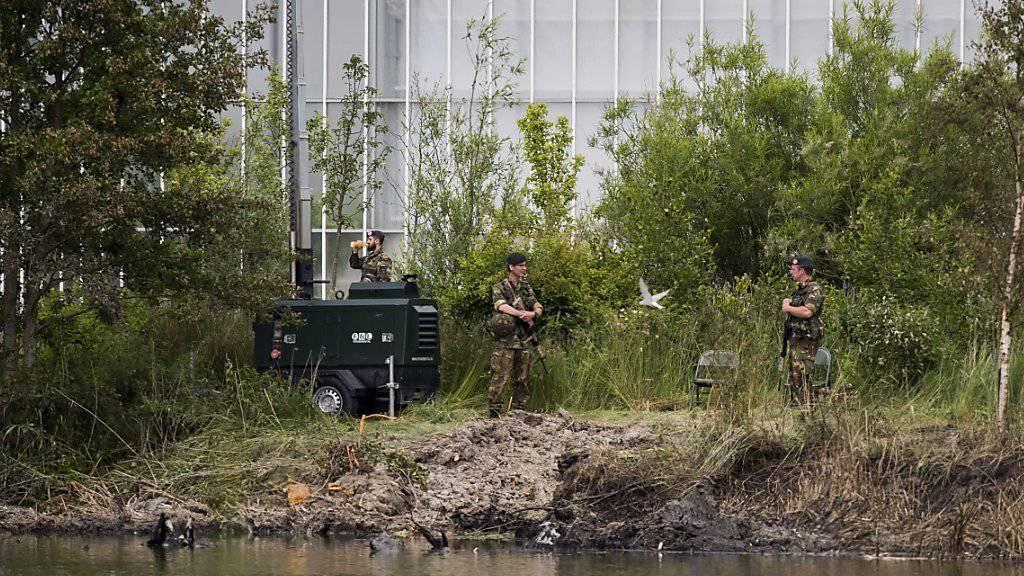 Niederländische Militärangehörige begutachten die Absturztelle. Die Schweizer Militärjustiz will das Wrack nach der Bergung untersuchen.