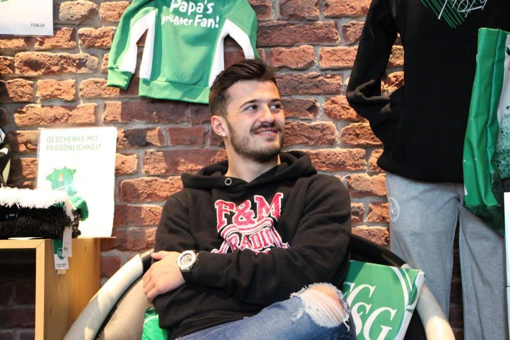 Albian Ajeti mitten im Fanshop. (© rr/FM1Today)
