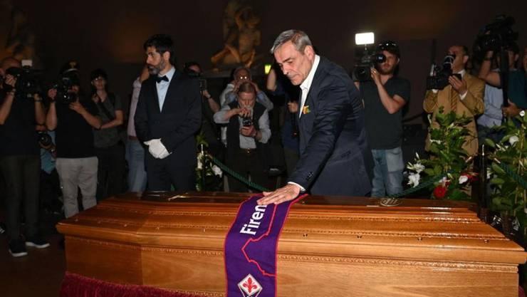 Tausende Menschen haben sich am 17. Juni 2019 in Florenz vom verstorbenen Film- und Opernregisseur Franco Zeffirelli verabschiedet. Zeffirelli war am 15. Juni im Alter von 96 Jahren verstorben.