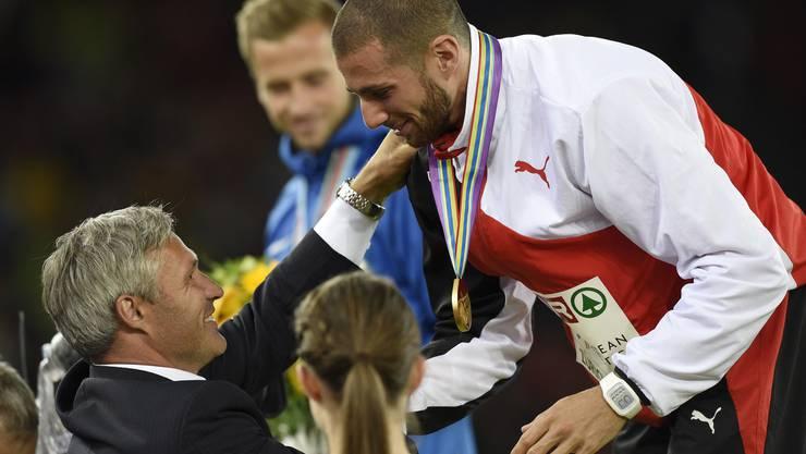 Hussein erhält die Goldmedaille übergehängt.