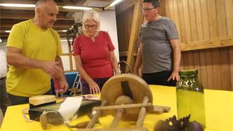 Welche Gegenstände sollen in der Jubiläumsausstellung gezeigt werden? Christian Fehlmann, Nelli Ulmi und Jörg Bruder (v.l.) haben die Qual der Wahl.