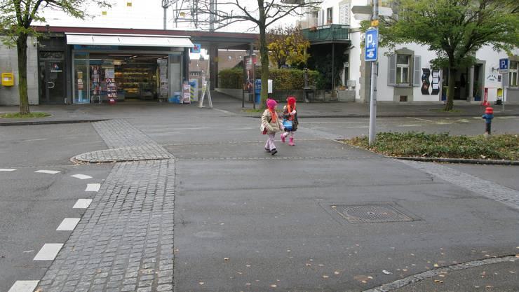 Mit Petition gefordert: Kindergarten- und Schulwege kennzeichnen, wie hier am Bahnhofplatz, (Bild zvg.)