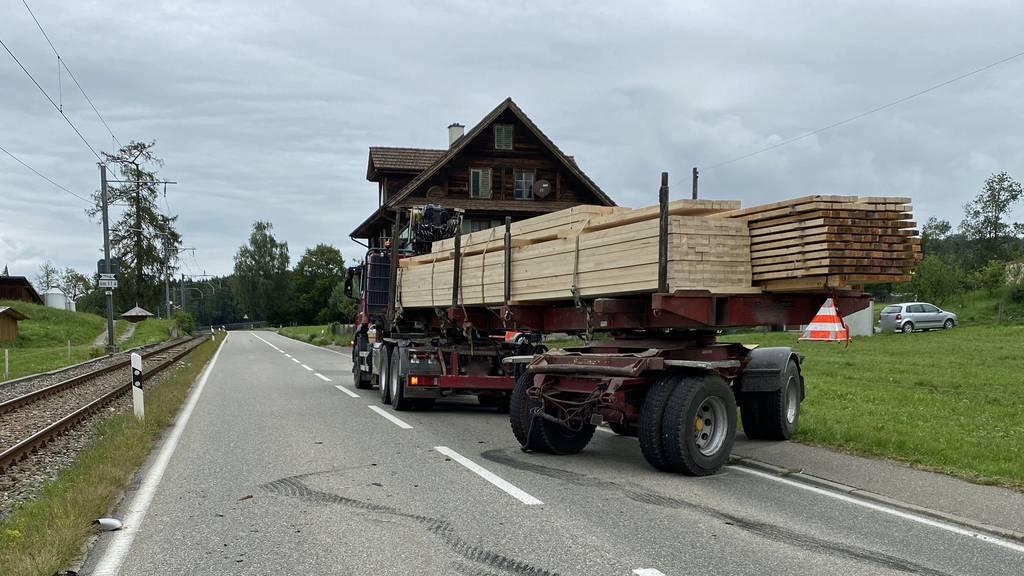 Frau bei Zusammenstoss mit Holztransporter verletzt