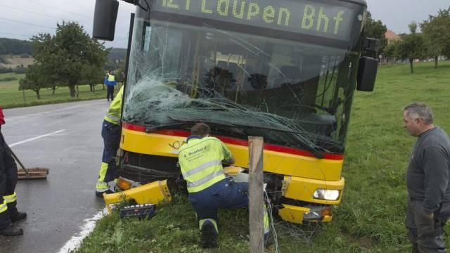 Feuerwehr und Polizei sichern die Unfallstelle in Bundtels