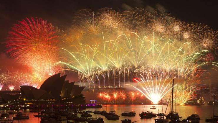 Sydney begrüsst neues Jahr mit einer Explosion von Licht und Farbe ...