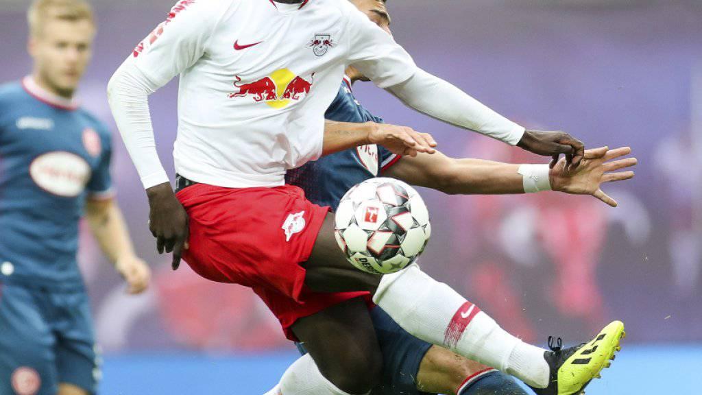 Leipzigs Torschütze Jean-Kevin Augustin im Zweikampf mit dem Düsseldorfer Kaan Ayman