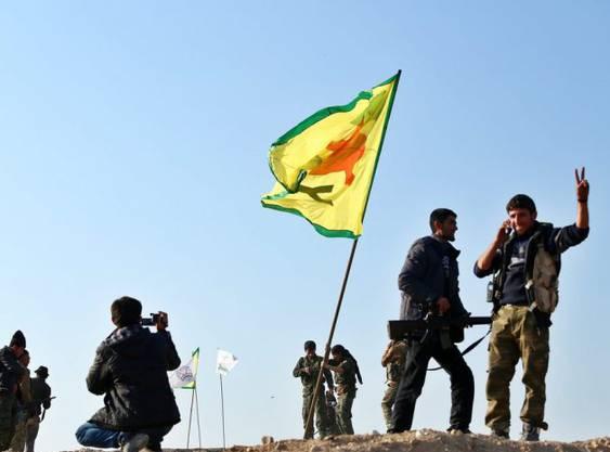 Kurdische Streitkräfte hissen die Flagge über Kobane.