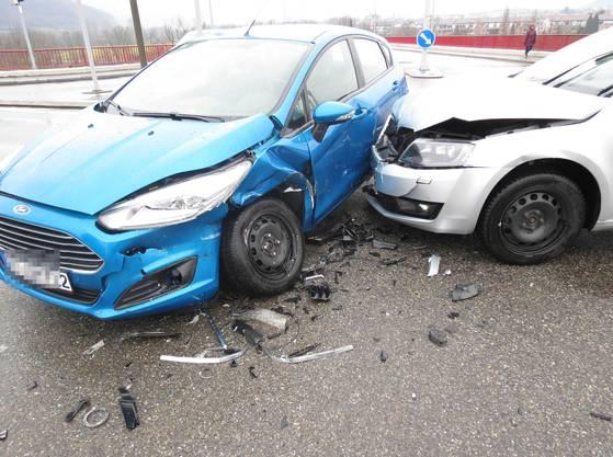 Ein Skoda-Fahrer übersah in Stein das Rotlicht und prallte gegen einen Ford.