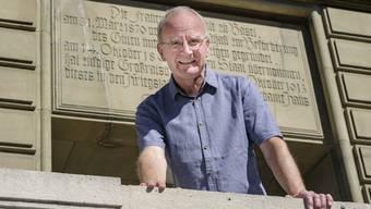 Lukas Honold vor der Berufsfachschule, wo er in den 70er-Jahren seine Ausbildung absolvierte.