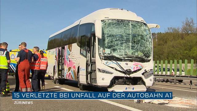 15 Verletzte bei Kollision von Reisecar und zwei LKWs