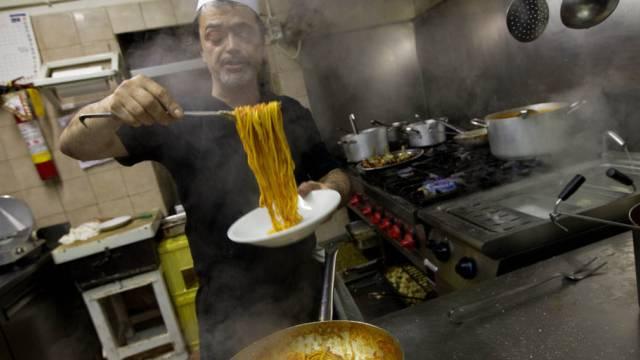 Koch in Rom bereitet 'Bucatini all'Amatriciana' vor (Symbolbild)
