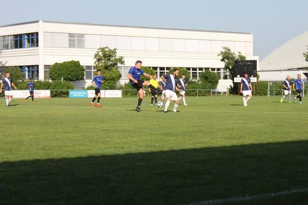 Auch im Riedern-Stadion trotzen diese Woche nach Feierabend die Firmenmannschaften der Hitze