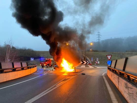 Küttigen AG, 26. Januar: Ein 27-jähriger Tourist kommt in Küttigen von der Strasse ab und kollidiert mit einer Mauer. Sein Auto fängt Feuer. Er wird leicht verletzt ins Spital gebracht.