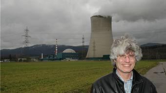 Gery Meier vor dem Kühlturm des Kernkraftwerks: «Die Sicherheit und der Schutz des Grundwassers haben höchste Priorität.»