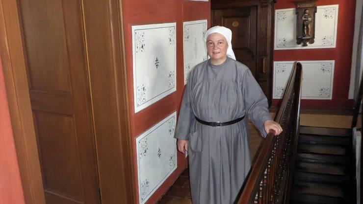 Äbtissin Maria Angelika öffnet für den Pilger eines der Gästezimmer im Kloster Hermetschwil.