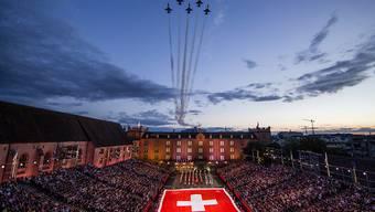 Die Patrouille Suisse überfliegt am Samstagabend die Derniere zum 10-jaehrigen Jubilaeum des Basel Tattoo.