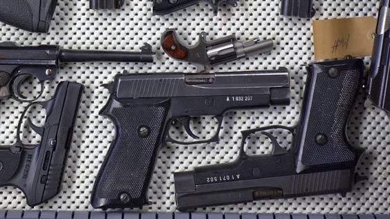 Polizei findet Faustfeuerwaffen.