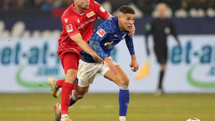 Union Berlins Marvin Friedrich (links) lässt gegen den Schalker Amine Harit nicht locker