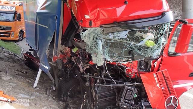 Lastwagen kracht in Unterhaltsdienst-Fahrzeug