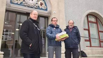 Übergabe der Einsprachen (von links): Atomkraftgegner Heini Glauser, Florian Kasser von Greenpeace und Anwalt Leo Scherer vor dem Bezirksgericht Brugg.
