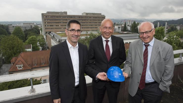 Sergio Baumann (Leiter Betrieb), Verwaltungsratspräsident Philip Funk und CEO Hans Leuenberger (von links) über den Dächern des weitläufigen Aarauer Spitalareals.
