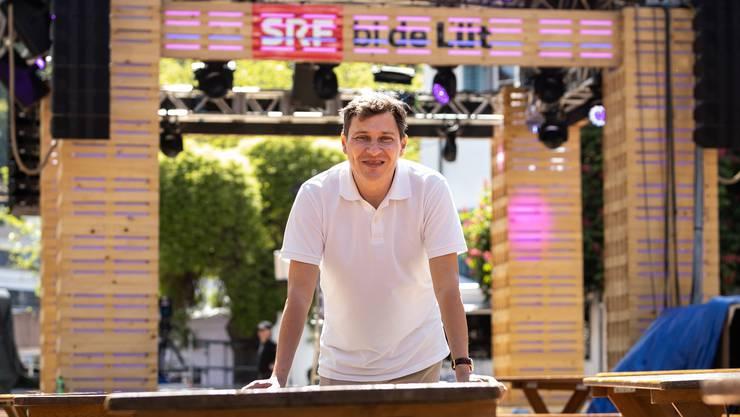 Die Vorbereitungen sind abgeschlossen: Martin Boner, der Sendungsverantwortliche vom SRF, vor der Bühne für die Sendung am Samstagabend.